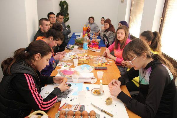 TRNOVO: Mladi uoči Vaskrsa zajedno bojili i ukrašavali jaja, zajedničko druženje nastavljaju za Bajram