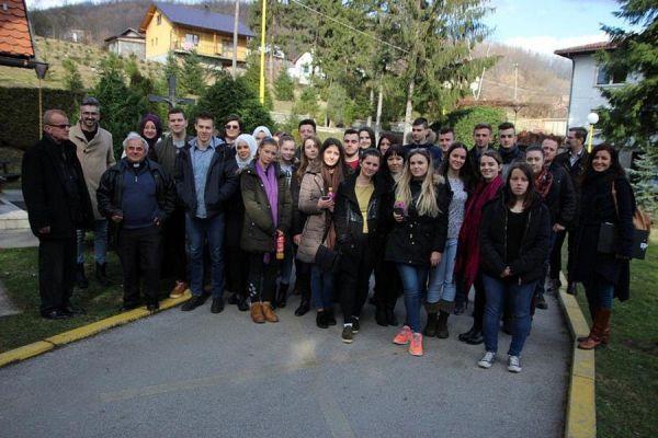 Zajednička poruka iz Zavidovića: Palimo kandilje, svijeće i lampice, samo da ne bude mrak