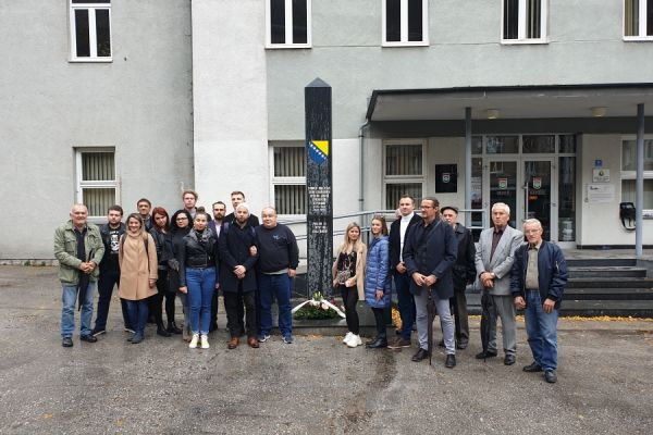 Prvi put u BiH: Mladi političari iz svih partija zajedno odali počast civilnim žrtvama rata